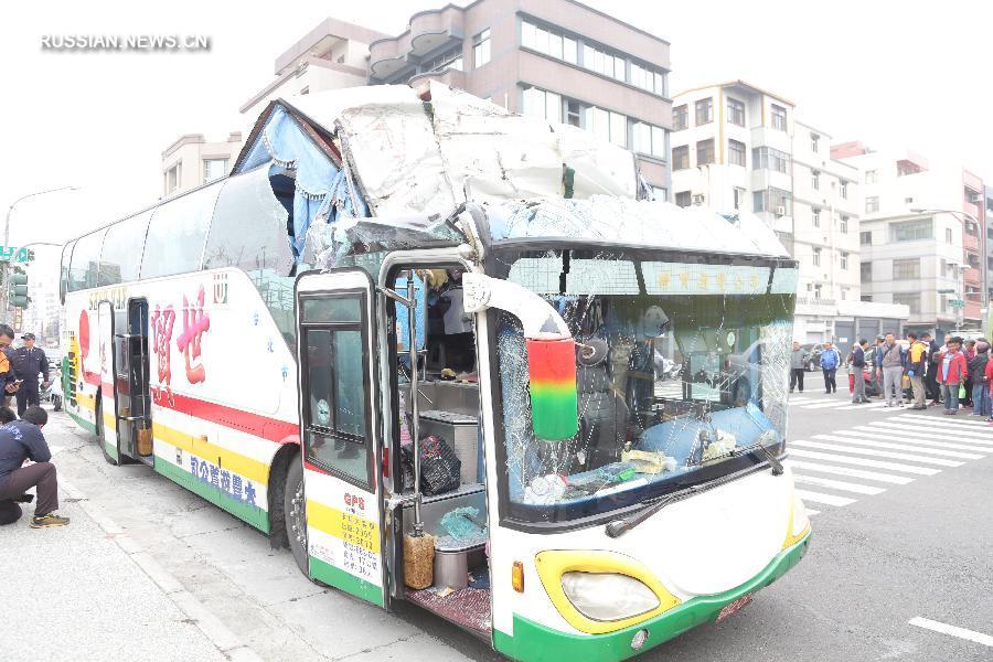 НаТайване автобус стуристами врезался вмост, есть пострадавшие