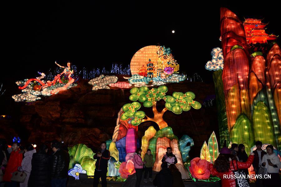Цветные фонари на улицах древнего Сианя