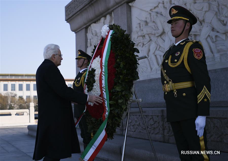 (XHDW)(1)意大利总统马塔雷拉向人民英雄纪念碑敬献花圈
