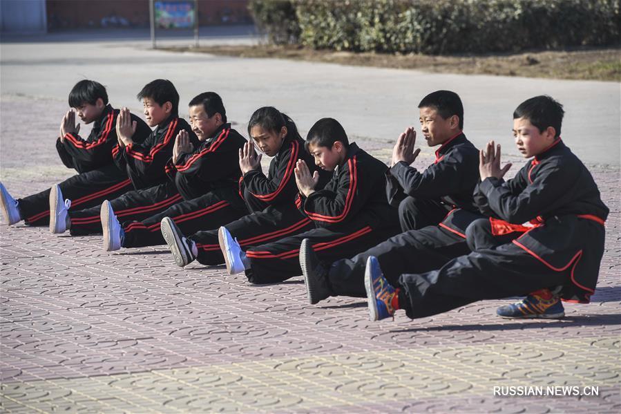 Китайские школьники занимаются ушу