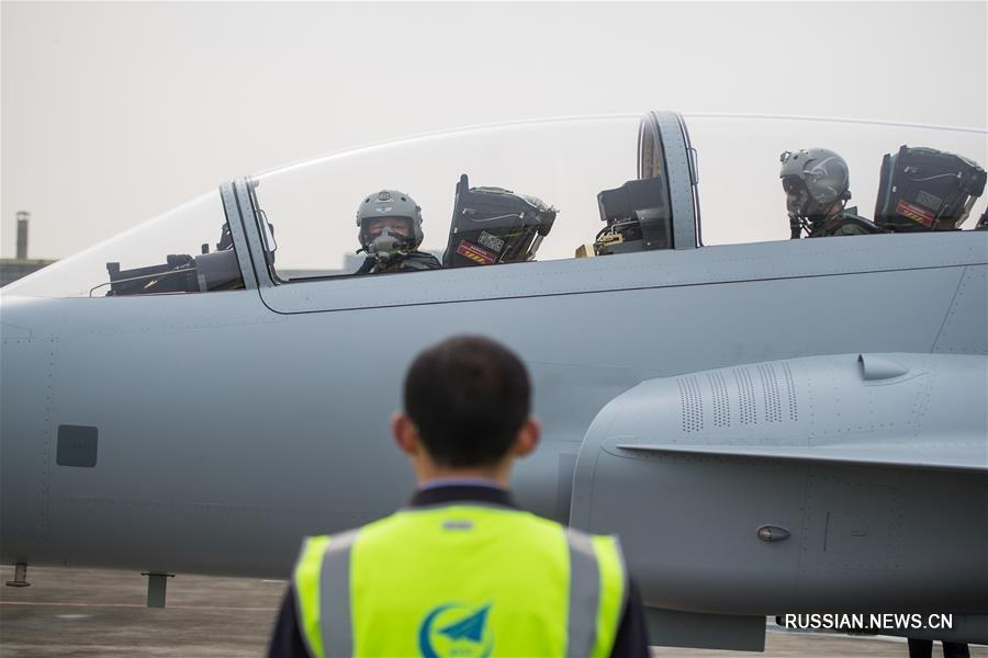 (图文互动·军事)(1)中国航空工业枭龙双座战斗教练机01架在成都首飞