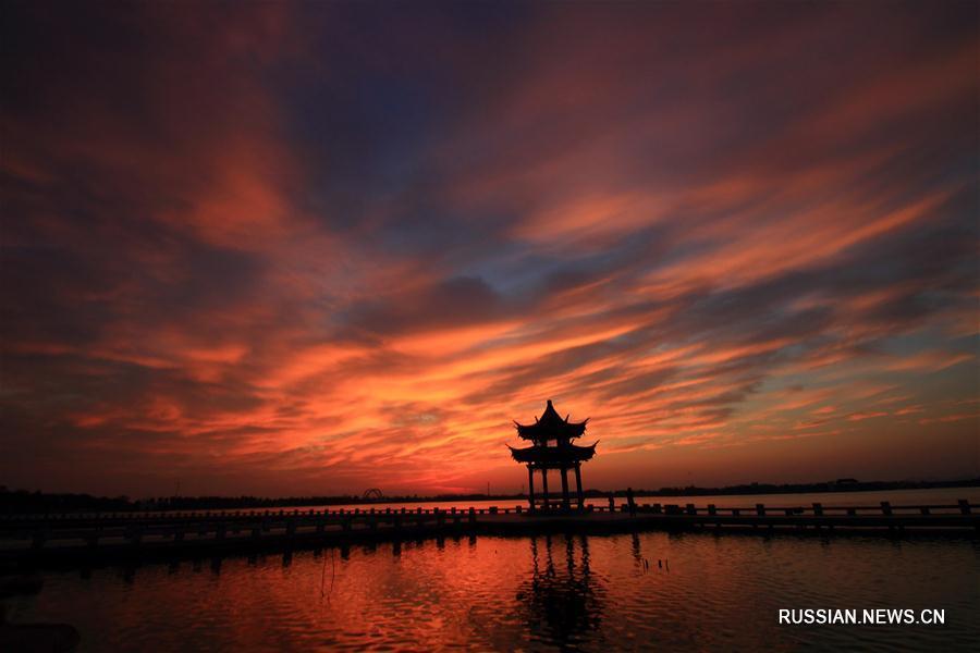 Рассвет над озером Диданху