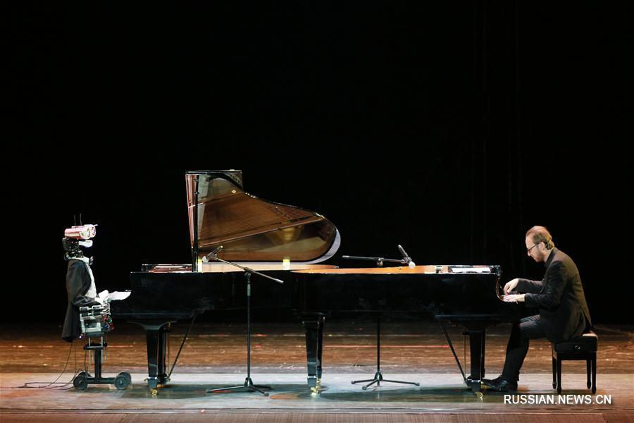 Дуэт на двух роялях робота и пианиста-виртуоза в Тяньцзине