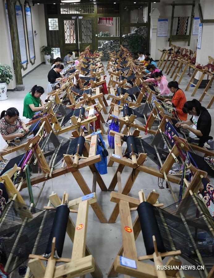 Традиционное ткачество народности туцзя выходит на международный рынок