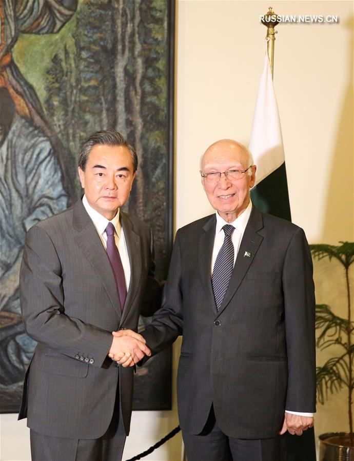 (XHDW)王毅与巴基斯坦总理外事顾问阿齐兹举行会谈