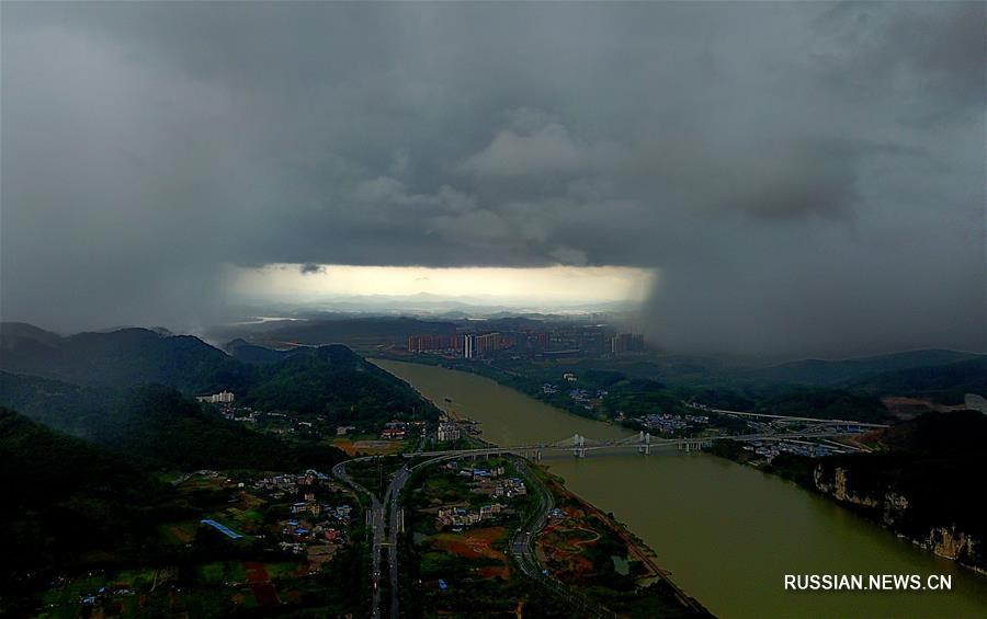 """""""Окно в небе"""" над Лючжоу"""