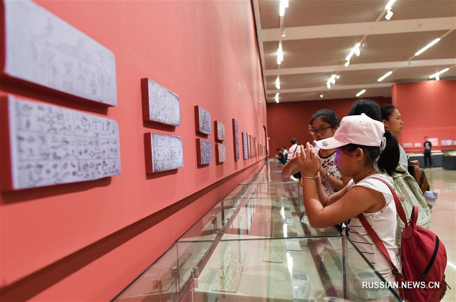 """Выставка """"Древняя литература национальных меньшинств Китая"""" открылась в Пекине"""