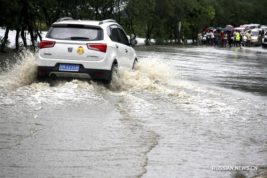 На уезд Лочэн Гуанси-Чжуанского автономного района обрушился ливень