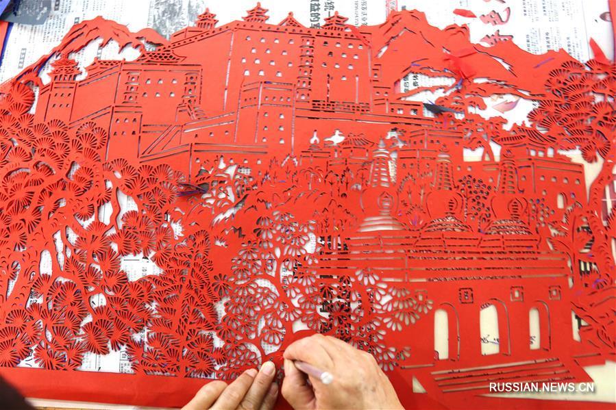 Традиции маньчжурского вырезания из бумаги сохраняют в провинции Хэбэй