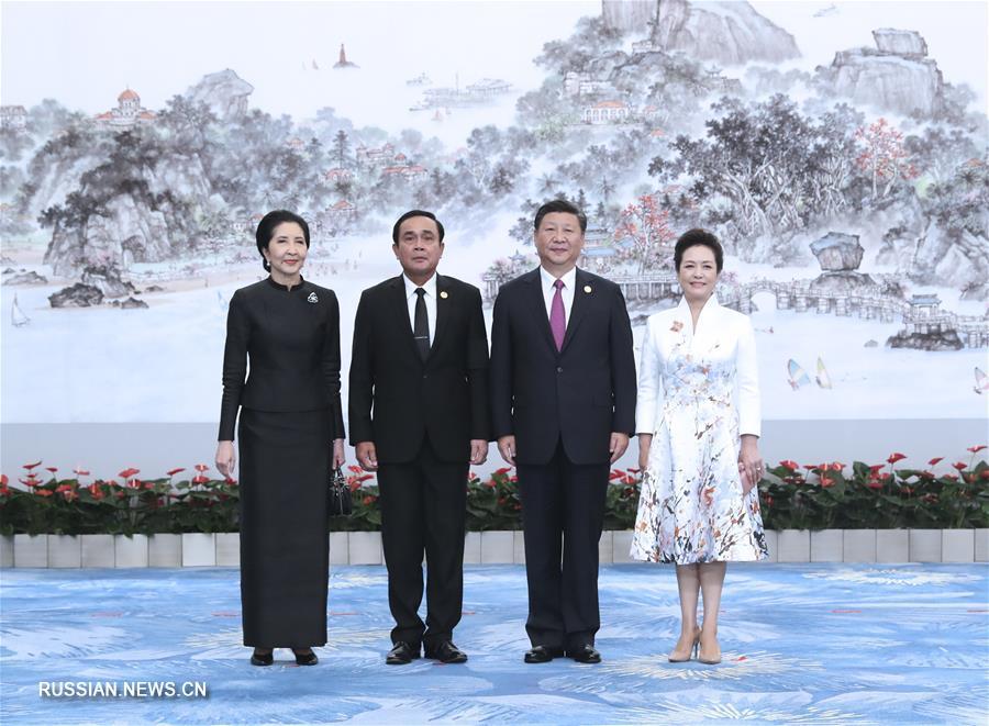 Си Цзиньпин и Пэн Лиюань встретили глав иностранных государств с супругами, прибывших на устроенный в их честь банкет