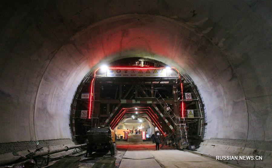 На северо-западе Китая завершена проходка первого тоннеля железнодорожной магистрали Иньчуань -- Сиань