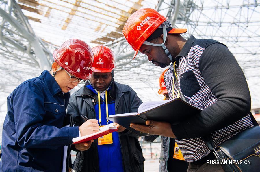 Китайские и иностранные корреспонденты посетили строительство нового аэропорта в Пекине