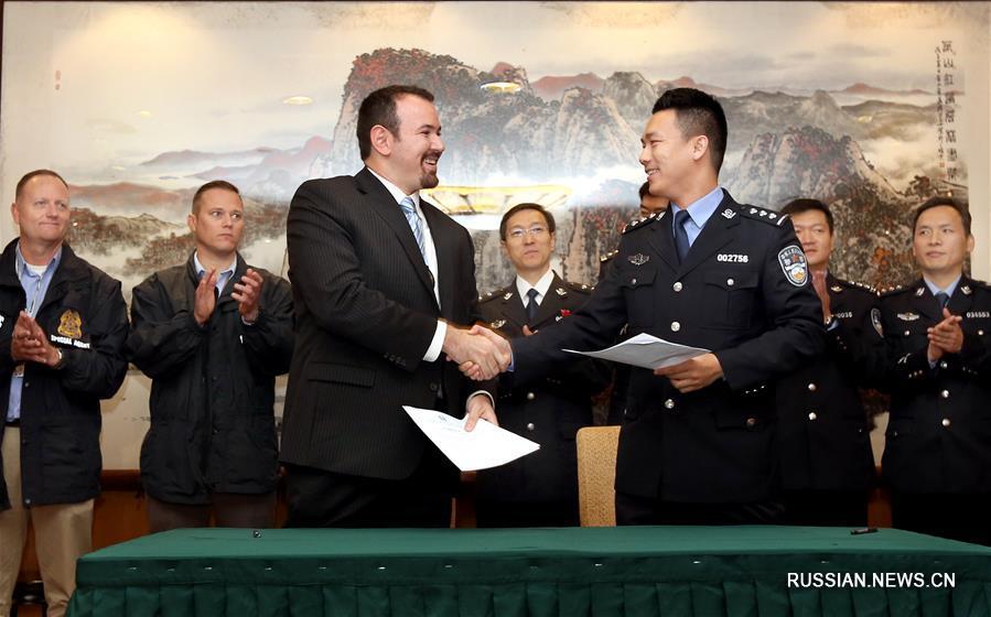 """Китайская полиция передала США беглого подозреваемого из """"красного циркуляра"""" Интерпола"""