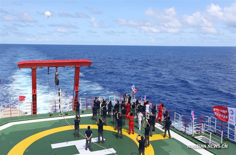 Участники 34-й китайской антарктической экспедиции провели церемонию по случаю пересечения экватора