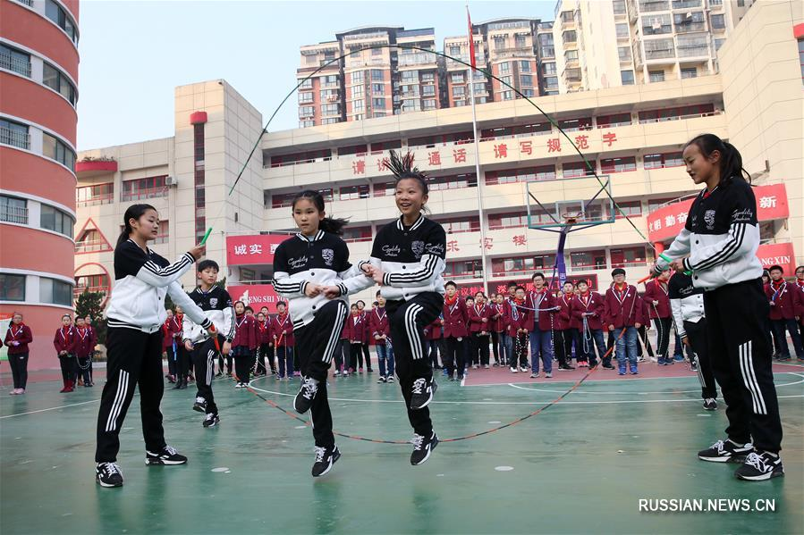Фигурные прыжки со скакалкой в одной из школ Хуайбэя