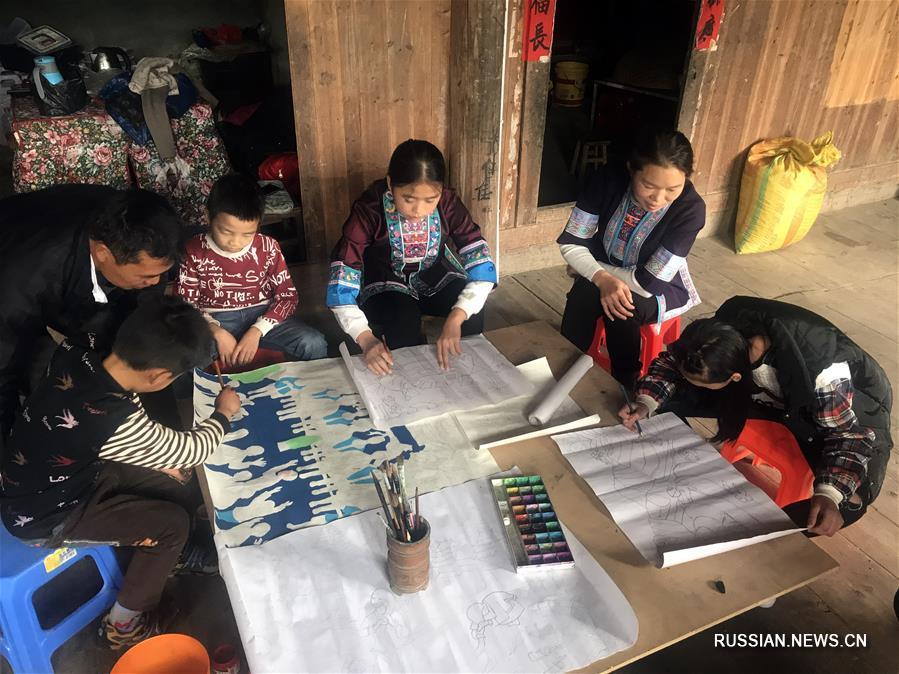 Сохранение традиций дунской живописи в уезде Саньцзян