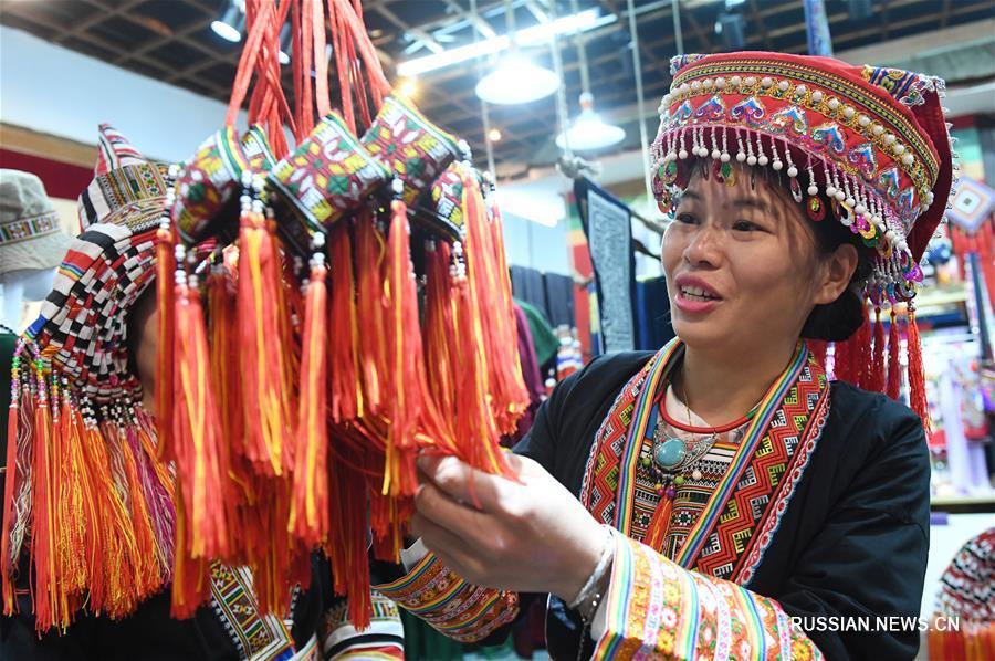 Яркая одежда народности яо в Гуанси-Чжуанском АР