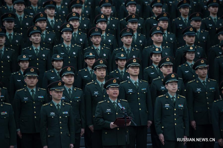 Церемония поднятия государственого флага КНР в лагере контингента НОАК по случаю 18-летия восстановления суверенитета Китая над Аомэнем