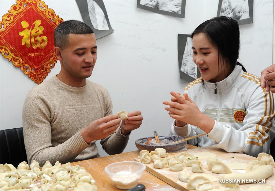 В Китае лепят праздничные пельмени