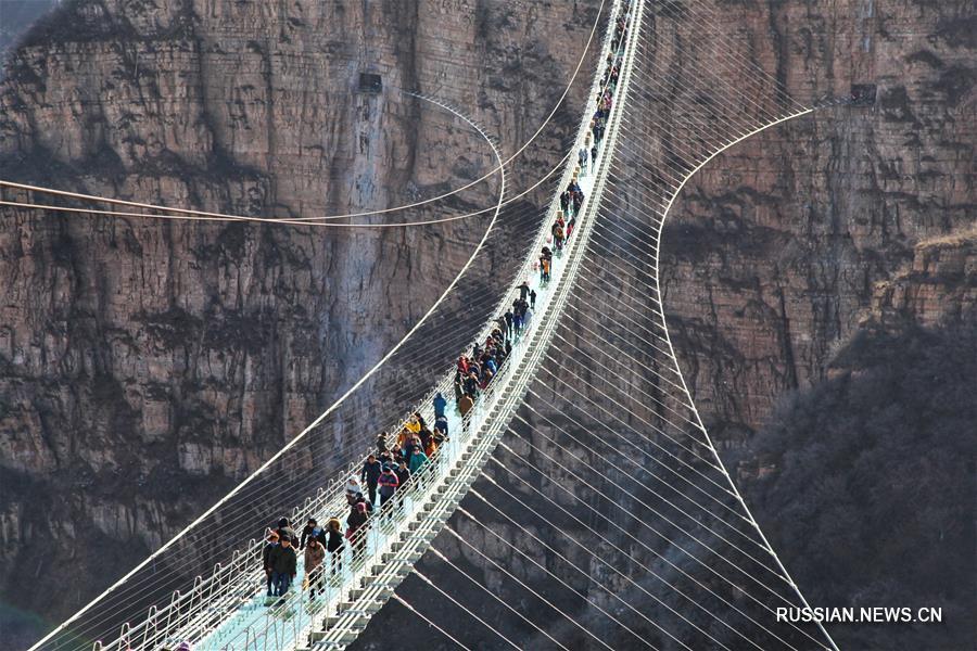 Новый стеклянный мост открылся для посетителей в уезде Пиншань