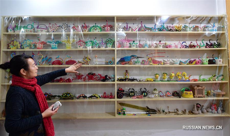 Потерявшая слух жительница Чжэнчжоу воплощает фантазии в бумажных скульптурах