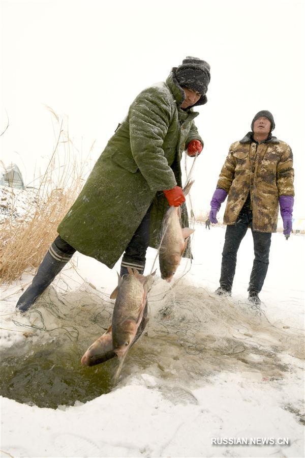 Подледный лов на озере Хунъяньху