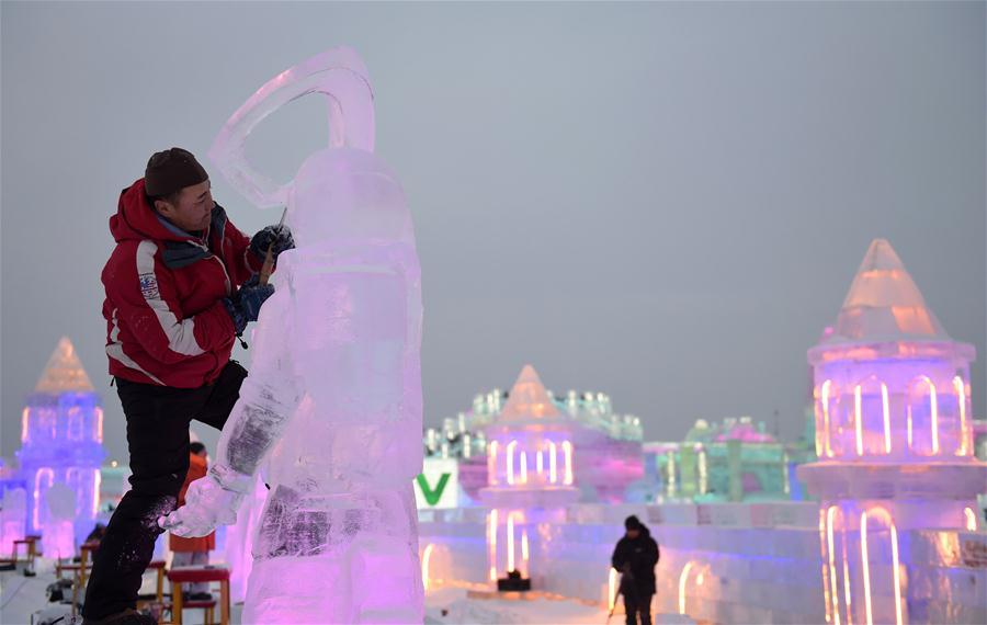 Ваяние ледяных скульптур в свете вечерней иллюминации
