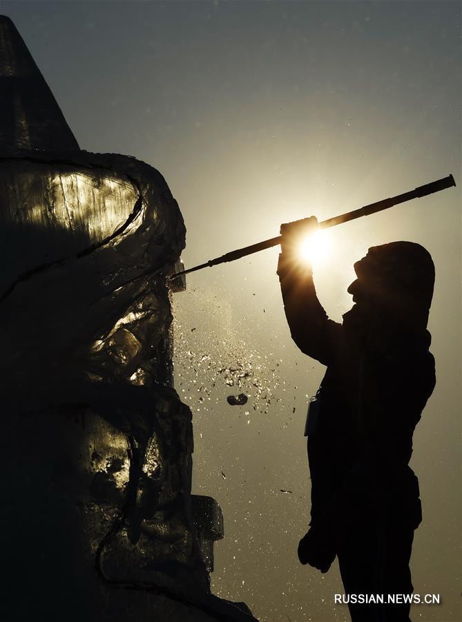 Мастера ледяной скульптуры за работой