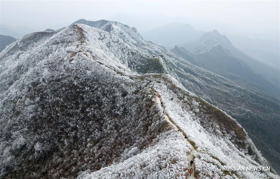 """""""Замерзшие"""" горы в ландшафтном парке Лунцюаньшань"""