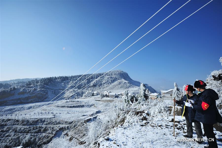 В провинции Гуйчжоу борются с наледью на электропроводах