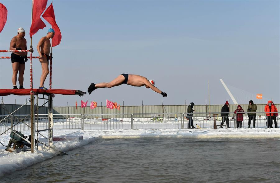 Любители зимнего плавания купаются в проруби на реке Сунхуацзян в Харбине