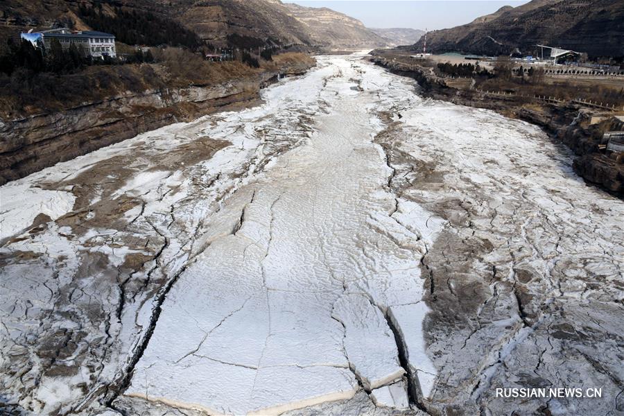 Скованное льдом русло Хуанхэ в районе водопада Хукоу