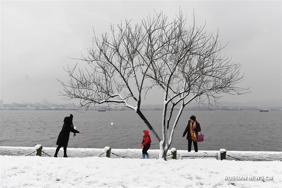 Прогулки у заснеженного озера Сиху