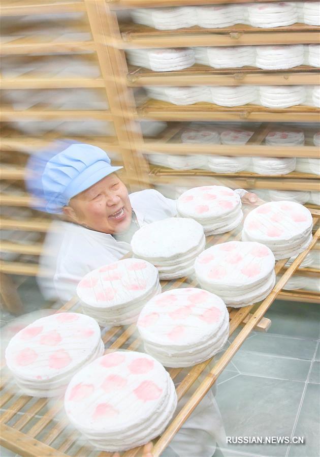 Традиционные рисовые лепешки готовят накануне праздников в провинции Цзянсу