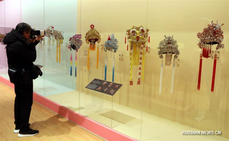 В Сянгане открывается выставка головных уборов и украшений, созданных мастером Чэнь Гоюанем