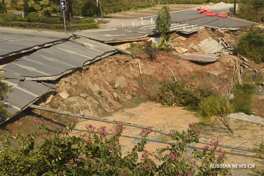 Восемь человек погибли в результате обрушения дороги на юге Китая