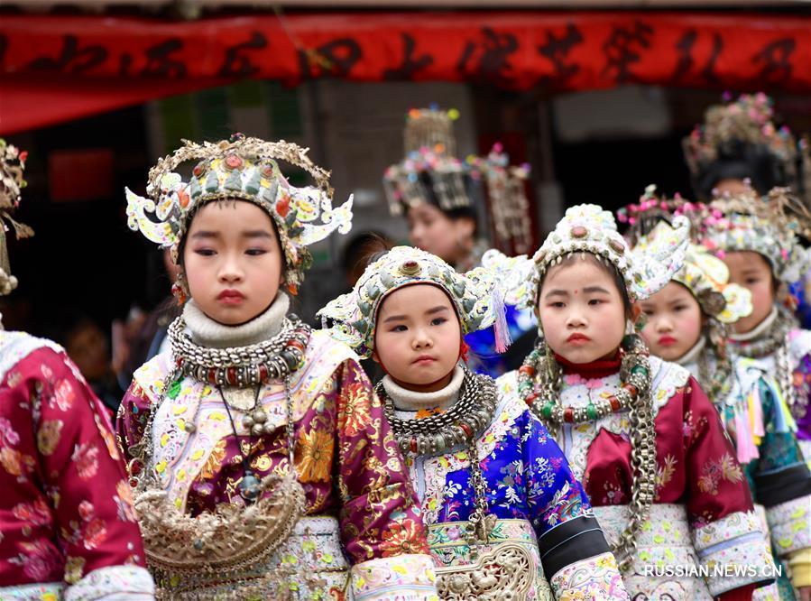 Дети народности дун на празднике в деревне Цэньлэ