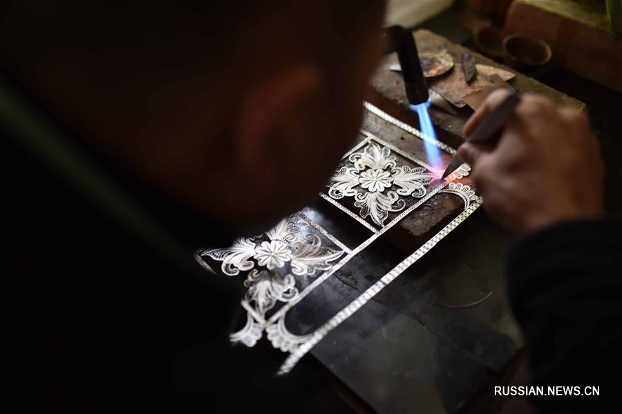 Изготовление традиционных серебряных украшений народности мяо