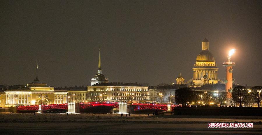 В Санкт-Петербурге включили красную подсветку Дворцового моста по случаю китайского праздника Весны