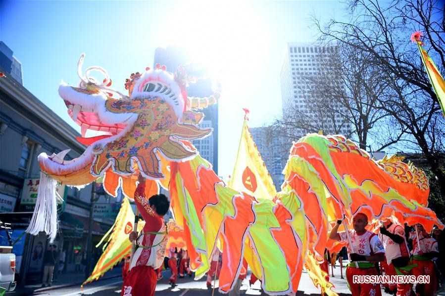 """Шествие с """"золотым"""" драконом в Сан-Франциско по случаю праздника Весны"""
