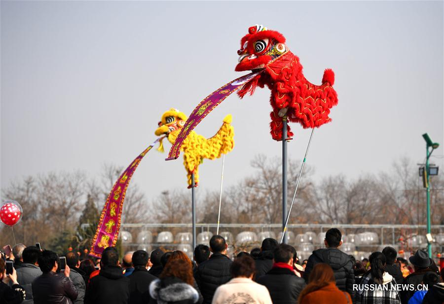 Танцы львов по случаю праздника Весны в провинции Шаньси
