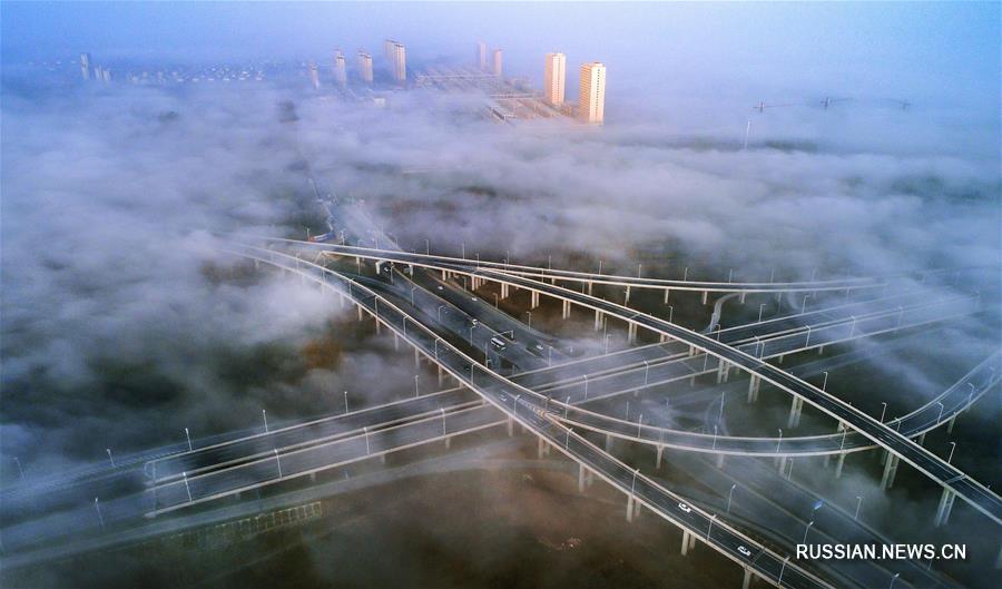 """Шучэнская транспортная развязка """"Чжоу Юй"""" в утреннем тумане"""