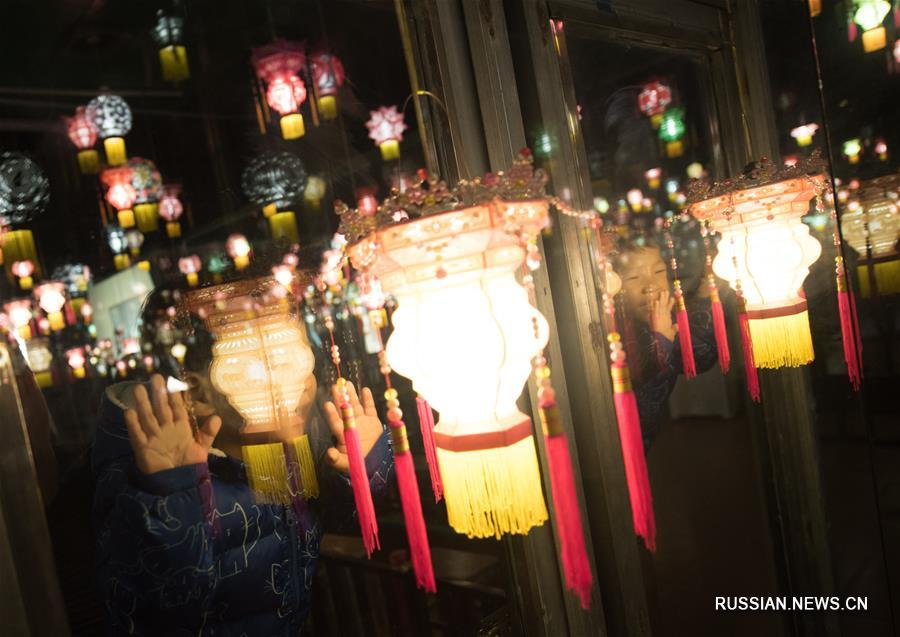 Изготовление традиционных фонариков в провинции Чжэцзян