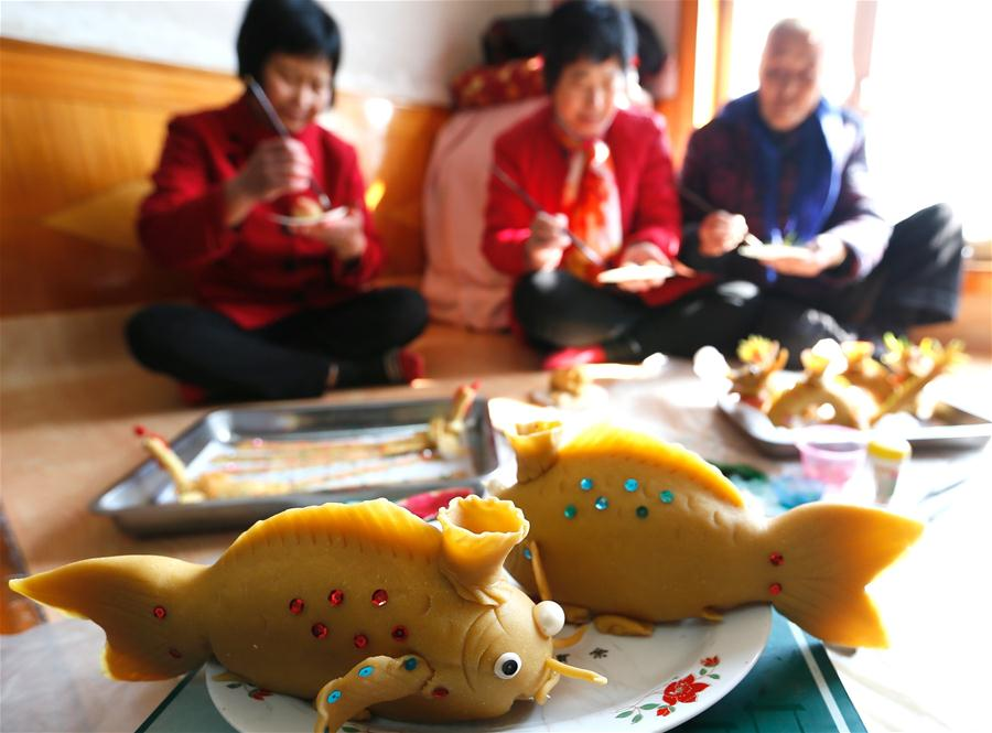 В Циндао лепят праздничные фонари из теста