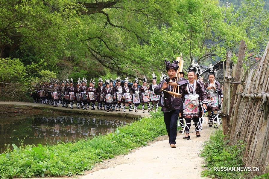 Традиционный фестиваль борьбы в дунской деревне Кэндун
