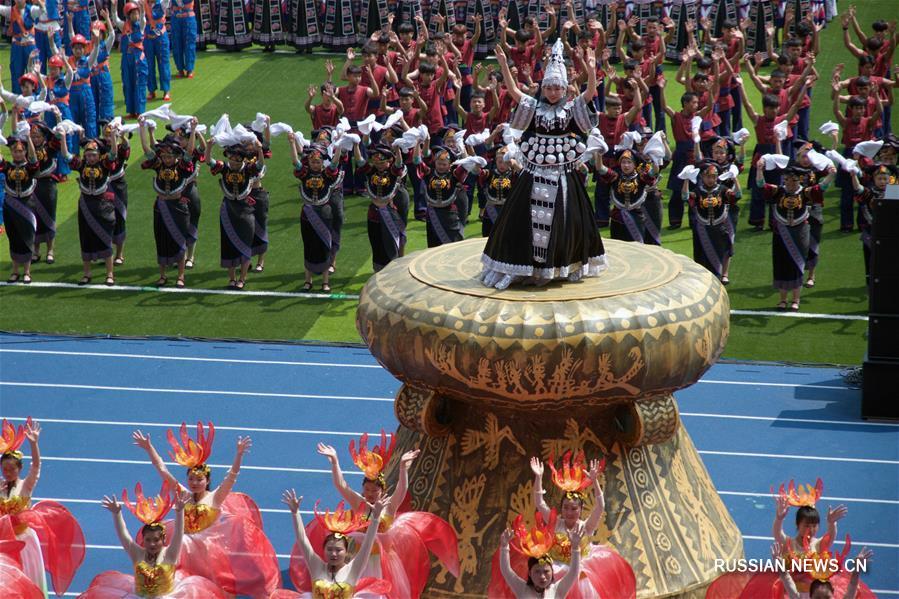 Торжества по случаю 60-летия образования Вэньшань-Чжуан-Мяоского автономного округа