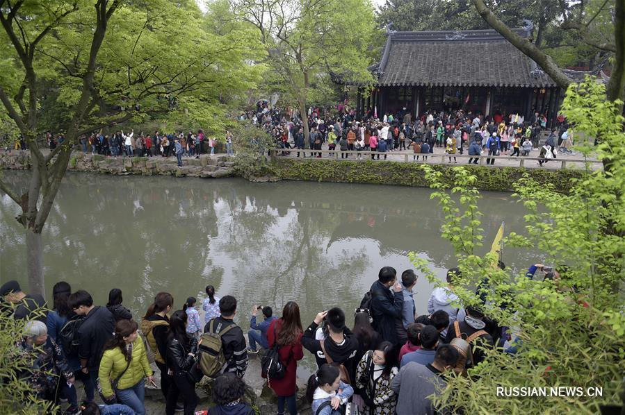 В первый день Цинмина в парках Сучжоу множество туристов
