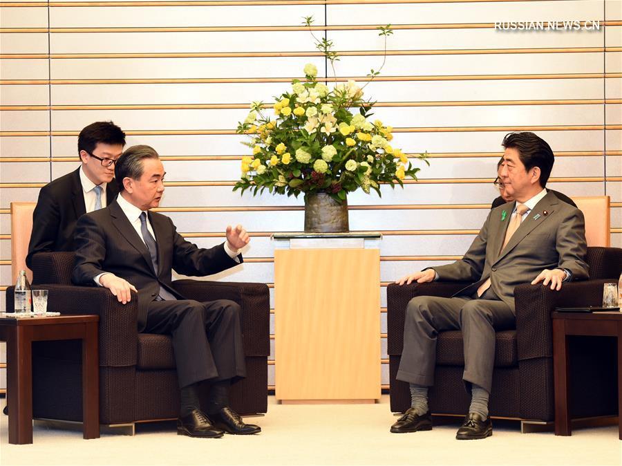 Премьер-министр Японии С.Абэ встретился с Ван И