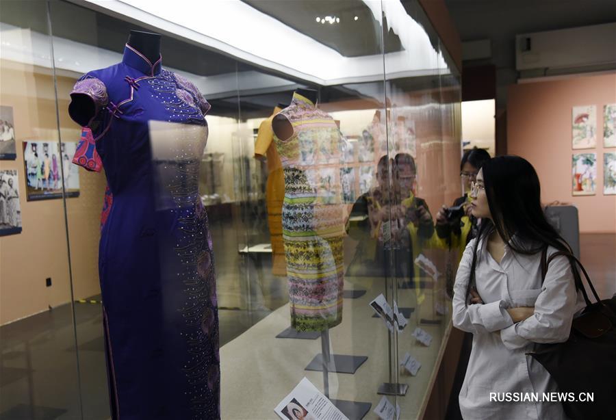 """Выставка """"Мода за сто лет: история сянганского ченсама"""" открылась в Гуанчжоу"""