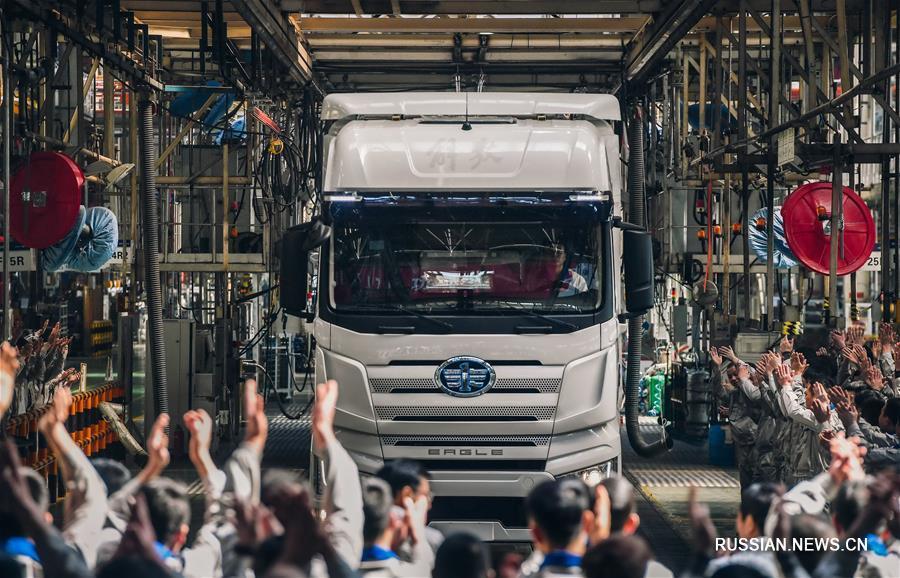 """Первый грузовик """"Цзефан-J7"""" сошел со сборочной линии в Чанчуне"""